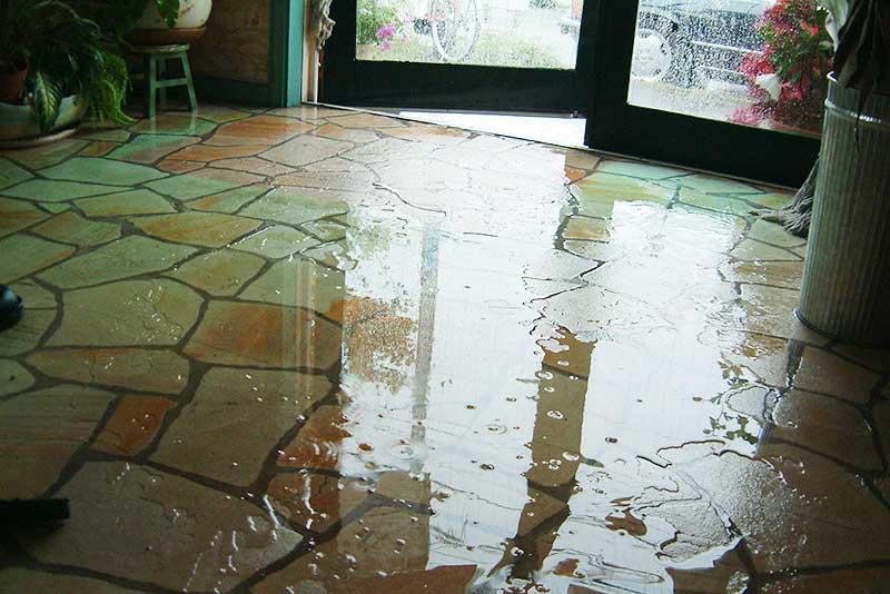 雨漏りでビショビショ