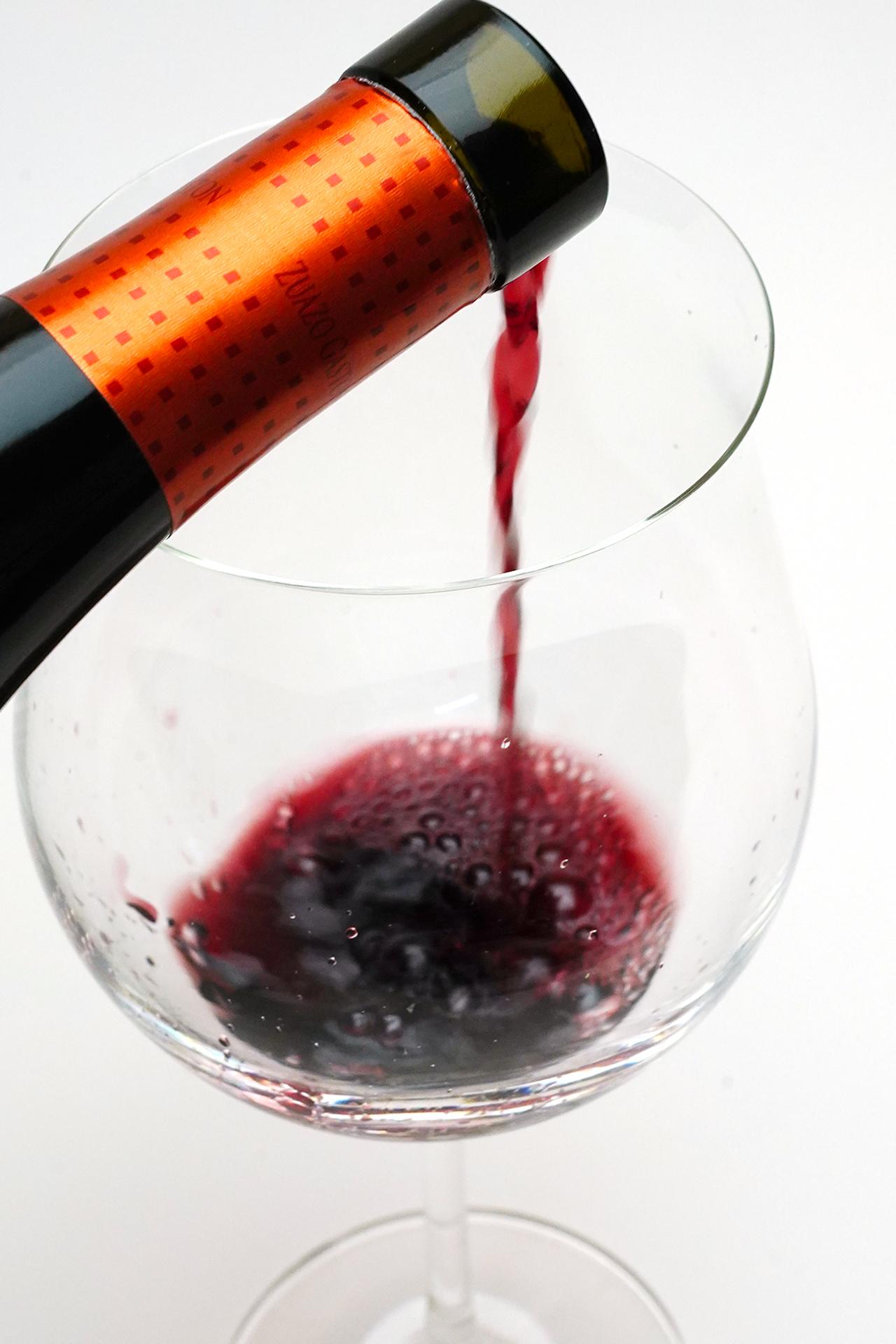 赤ワインを注ぎます